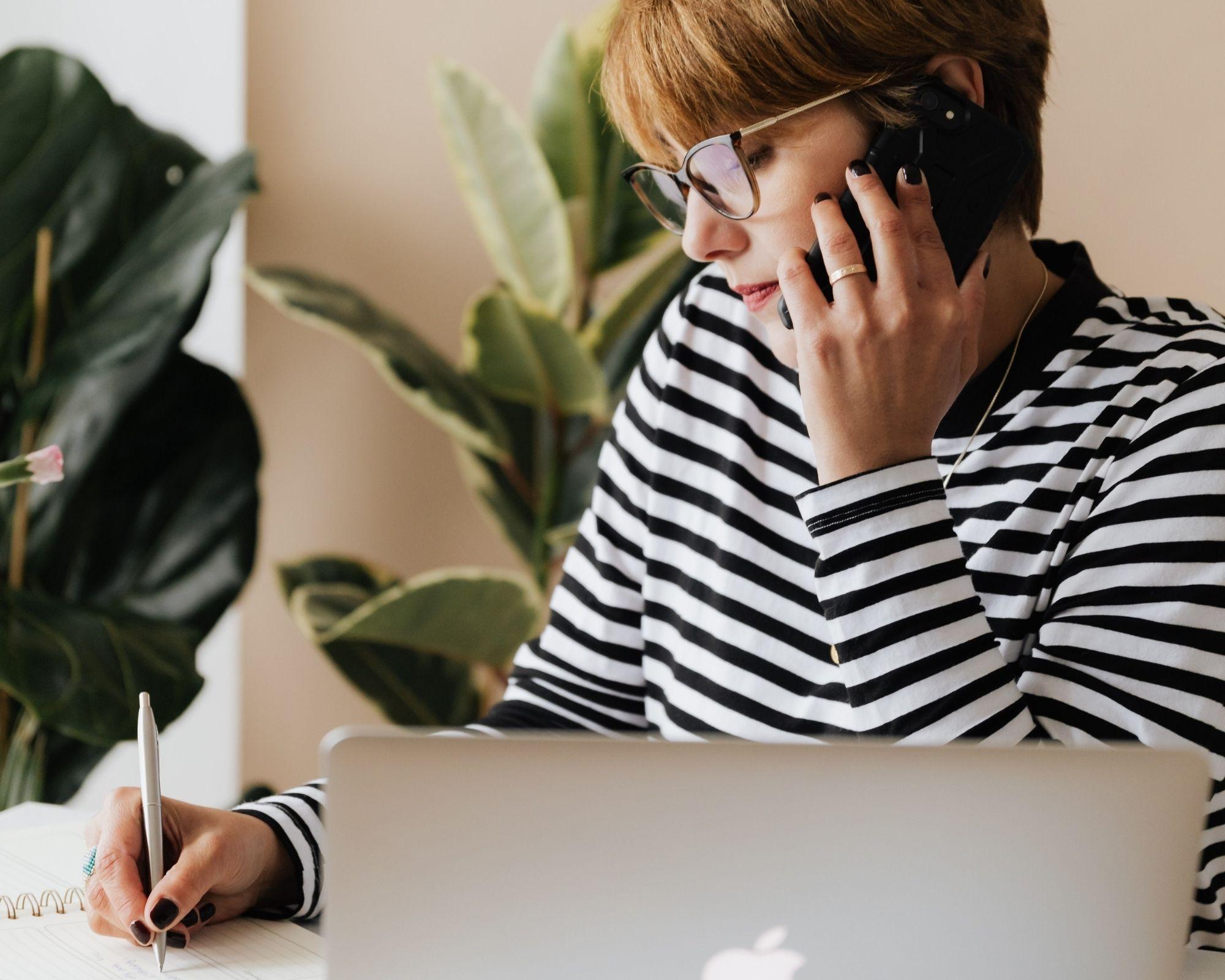 Bør du ringe angående et jobopslag, før du søger stillingen? Sådan finder du ud af det